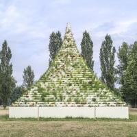 生存金字塔建筑竞赛方案(设计:agnes denes)
